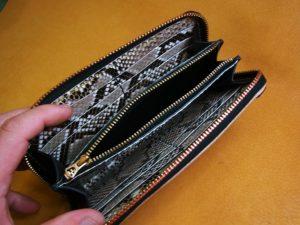 ラウンドファスナー財布(ヘビ革)